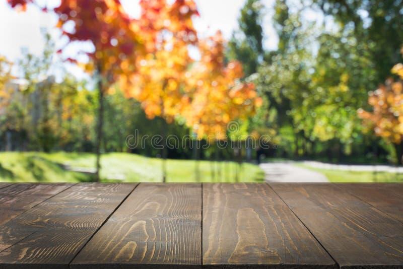 Naturlig höstabstrakt begreppbakgrund med trätabletopen för skärm din produkt royaltyfri bild