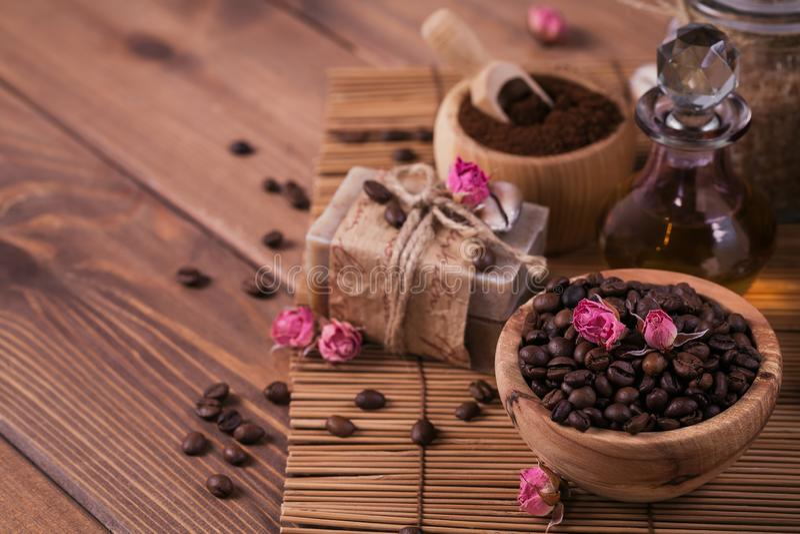 Naturlig handgjord tvål, aromatisk kosmetisk olja, havet saltar med kaffebönor arkivfoto