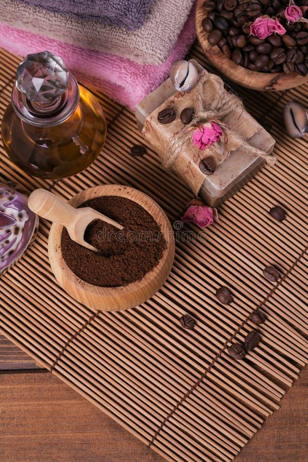 Naturlig handgjord tvål, aromatisk kosmetisk olja, havet saltar med kaffebönor royaltyfri bild