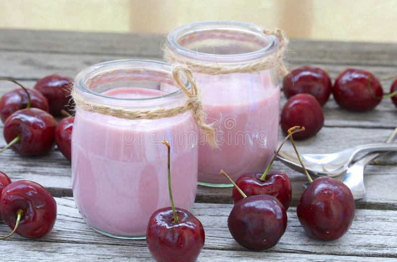Naturlig hemlagad körsbärsröd yoghurt closeup arkivfoton