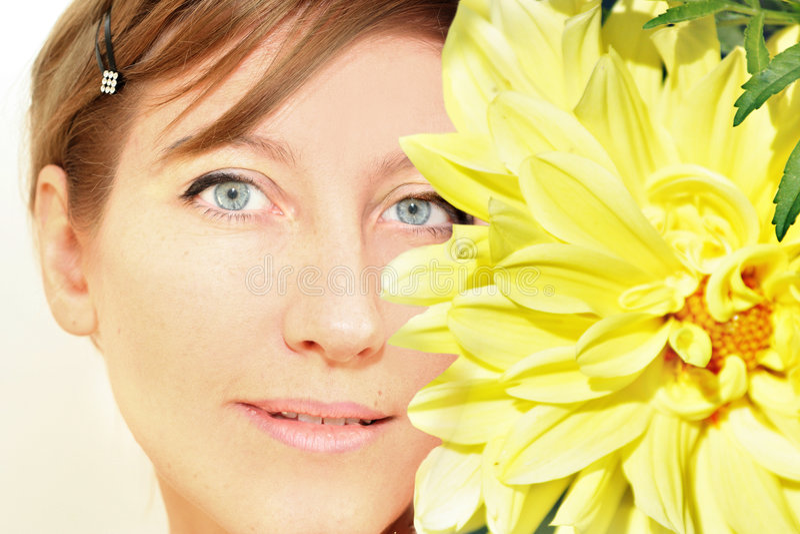 naturlig kvinnayellow för framsida royaltyfri fotografi