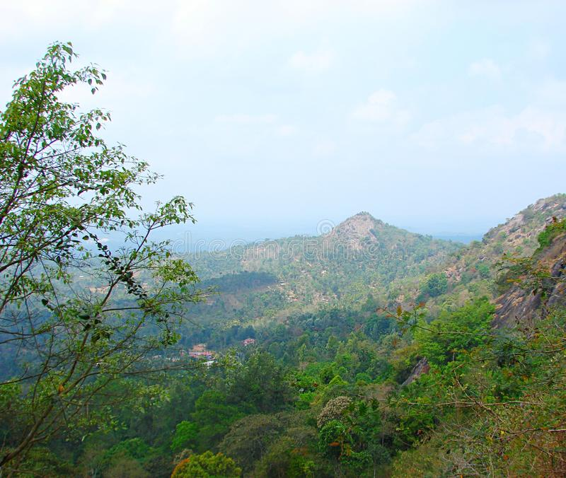 Naturlig landskapbakgrund - berg, blå himmel och grönska arkivbild