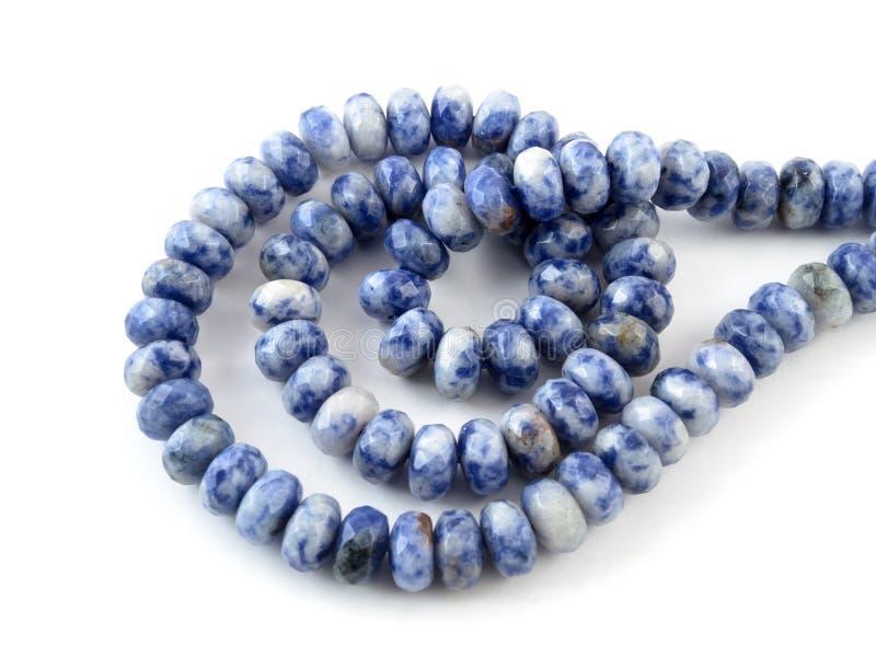 Naturlig lasursten för Gemstone på vit bakgrund, pärlor royaltyfria foton