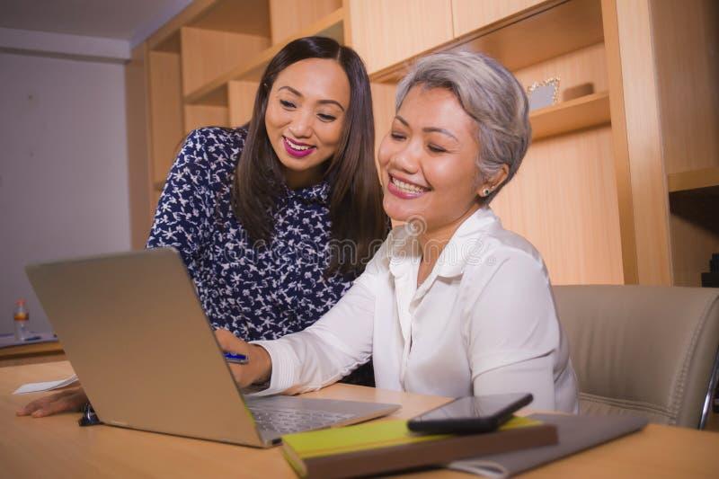 Naturlig livsstilstående av två affärspartner- eller arbetskollegakvinnor som samarbetar och coworking som är lycklig och som är  royaltyfria foton