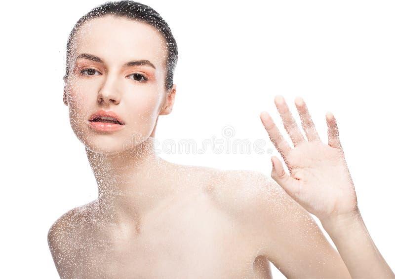 Naturlig makeup för skönhetkvinnaflicka till och med vått exponeringsglas arkivbild