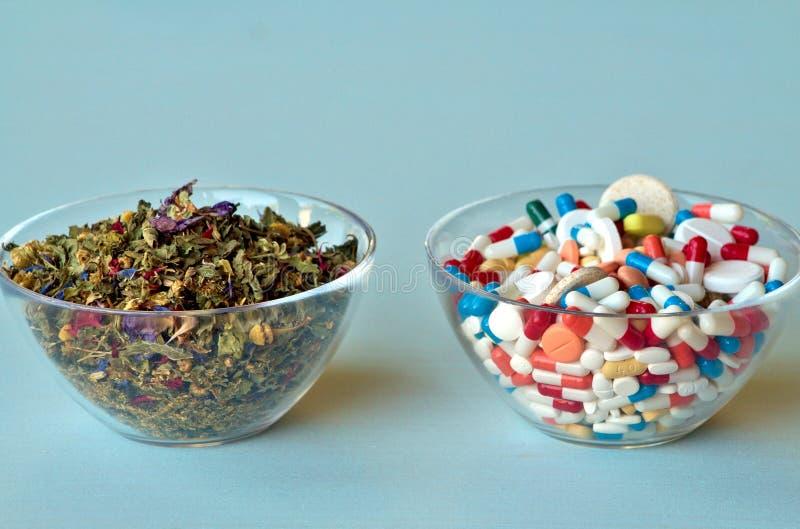 Naturlig medicin och kemikaliemedicin royaltyfria foton