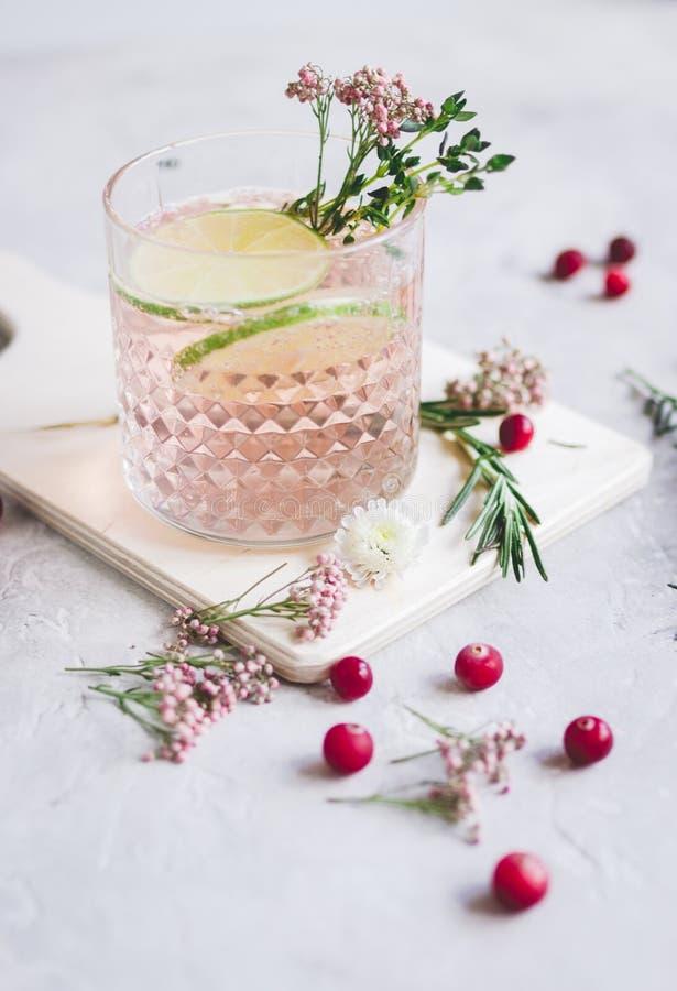 Naturlig nonalcoholic coctail med bäret och snittlimefrukt på stenskrivbordbakgrund arkivbilder