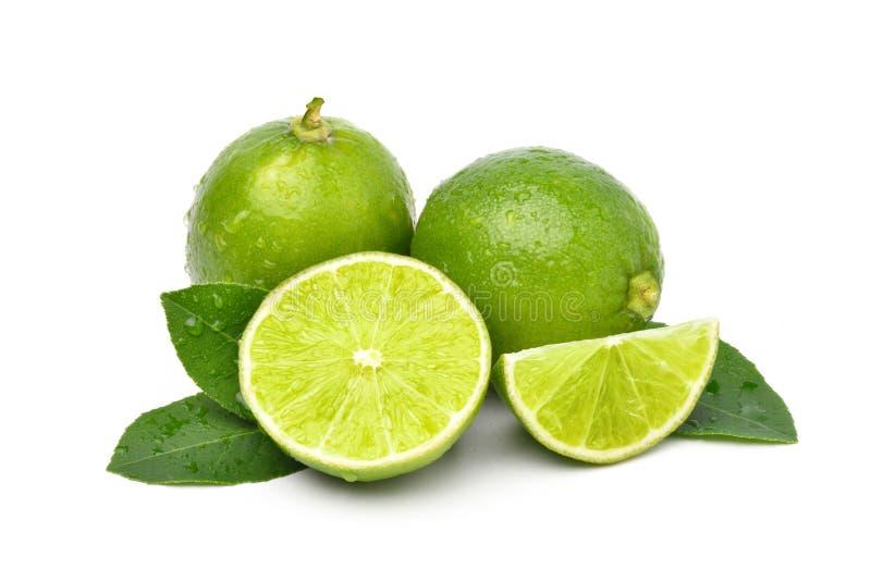 Naturlig ny limefrukt med snittet i halva royaltyfria foton