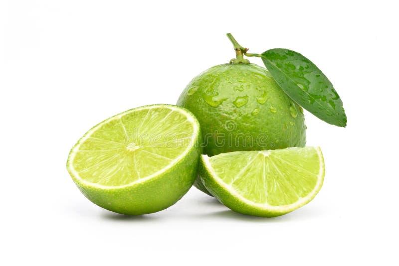 Naturlig ny limefrukt med vattendroppar arkivfoton