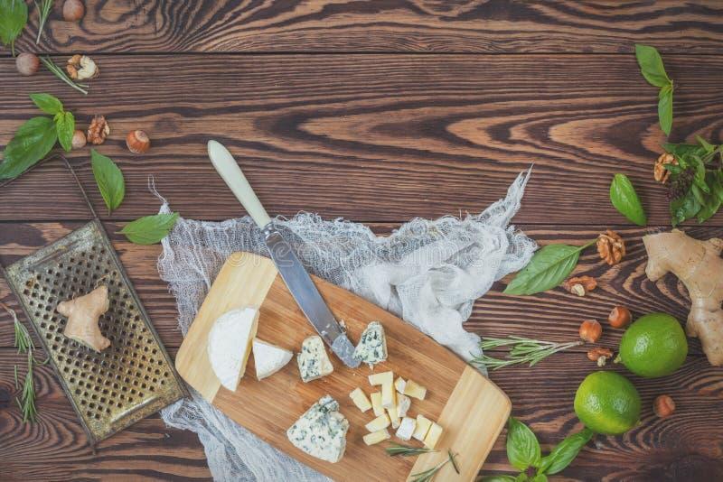 Naturlig ny mat på träbakgrund royaltyfria foton