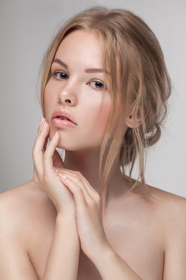 Naturlig ny ren skönhetståendecloseup av en ung attraktiv modell royaltyfri foto