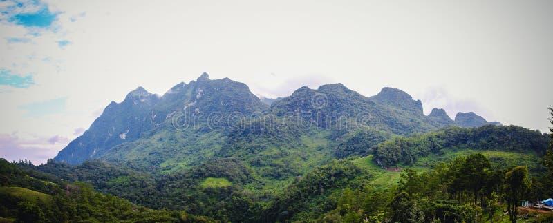 Naturlig panorama av det Doi Luang berget i Chiang Dao Province It är det högsta berget i Thailand 2195 ovanför område som doi fö arkivbilder