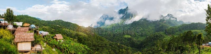 Naturlig panorama av det Doi Luang berget i Chiang Dao Province It ?r det h?gsta berget i Thailand, royaltyfri fotografi
