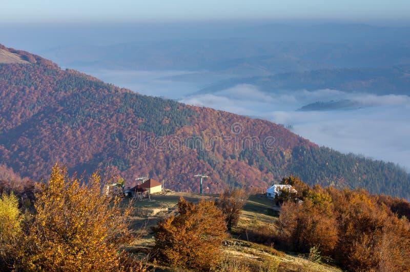 naturlig sammansättning Bergskedjan Höst i bergen Ett ställe för turister carpathians ukraine royaltyfri foto