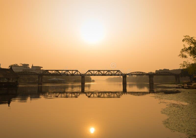 Naturlig sikt av järnvägsbron över den Kwai floden royaltyfria foton