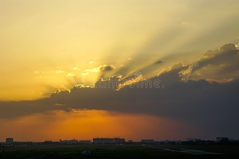 Naturlig sikt f?r solnedg?nghimmellandskap royaltyfria foton