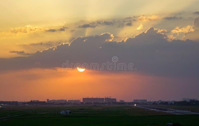 Naturlig sikt f?r solnedg?nghimmellandskap arkivfoton