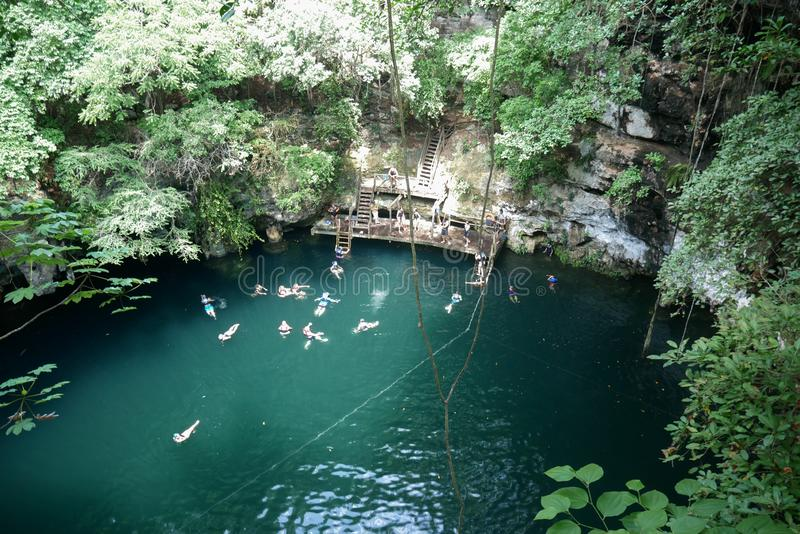 Naturlig Sinkhole på Yucatan arkivfoton