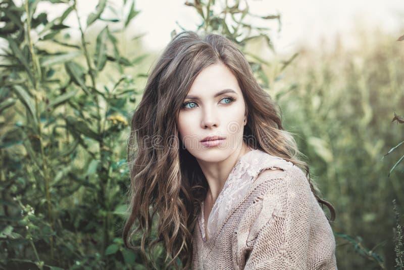naturlig skönhet härlig kvinna för modemodell arkivfoto