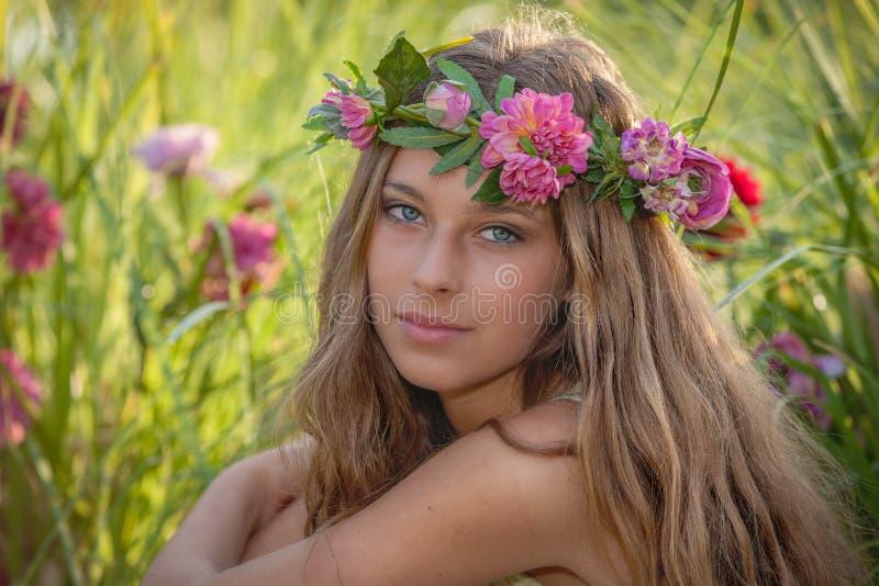 Naturlig skönhet och hälsa, kvinna med blommor i hår royaltyfri fotografi