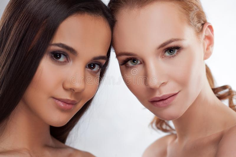 naturlig skönhet Två olika flickor, skönhetstående arkivfoto