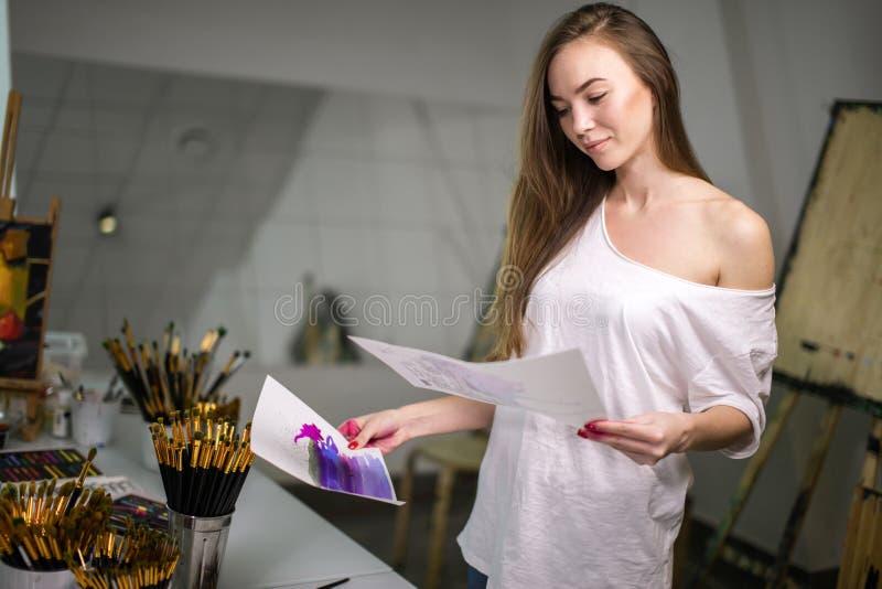 Naturlig skönhetläraremålare i hennes studio som förbereder sig till en konstgrupp royaltyfri fotografi