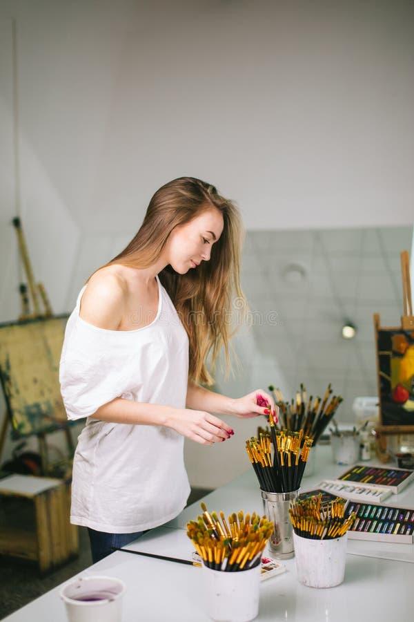 Naturlig skönhetmålninglärare i hennes studio som förbereder sig till en konstgrupp royaltyfri fotografi