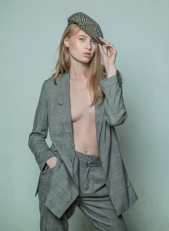 Naturlig skönhetsmakeri skönhet och elegans jazz-stegformat briljant mode kontrollerad jacka elegant kvinna i formell arkivfoton