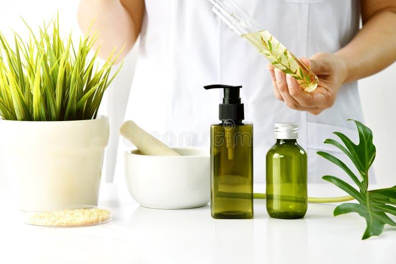 Naturlig skönhetsmedel- eller skincareutveckling i laboratoriumet, organisk extrakt i kosmetisk flaskbehållare arkivfoton