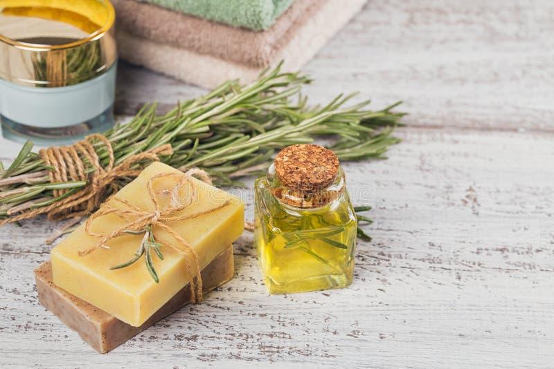 Naturlig skönhetsmedelolja och naturlig handgjord tvål med rosmarin på royaltyfria foton