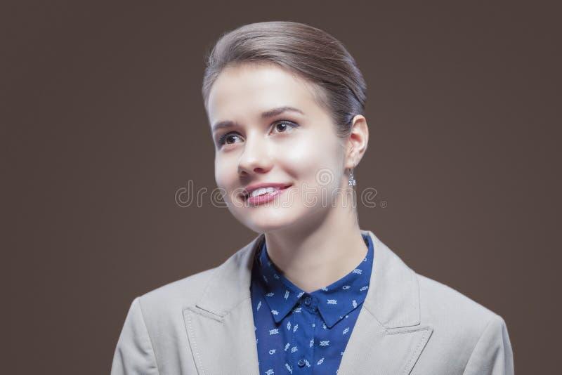 Naturlig skönhetstående av den unga Caucasian flickan i Pale Jacket och den blåa skjortan som framåtriktat ser arkivfoton