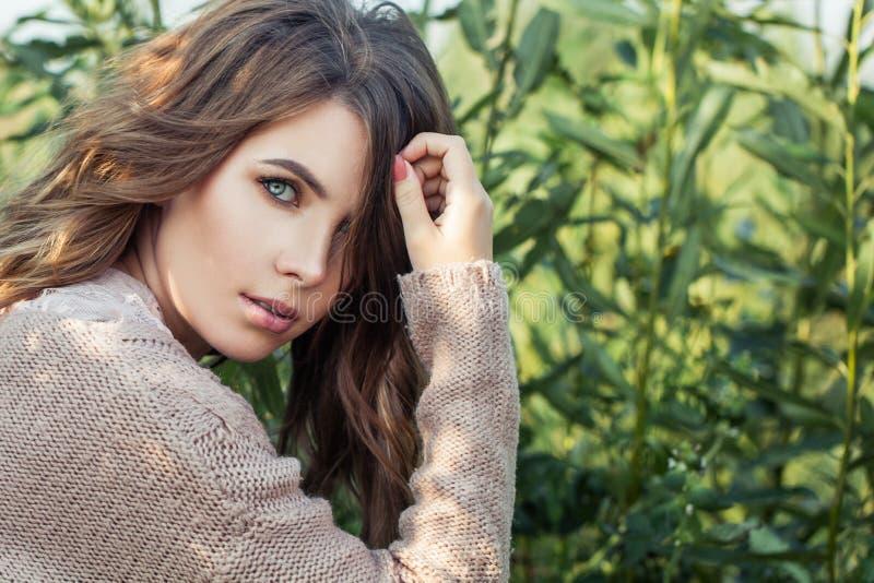 naturlig sk?nhet h?rlig t?t med textsidan upp kvinna Nätt kvinnlig modell på organisk bakgrund för grönt gräs arkivbild