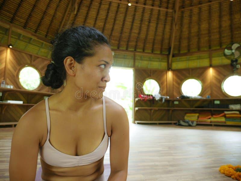 Naturlig stående av den unga attraktiva och lyckliga asiatiska indonesiska akrobatkvinnan som deltar i på yogaworkoshop i traditi royaltyfri foto