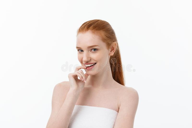 naturlig stående för skönhet Härlig brunnsortkvinna Ren skönhetmodell royaltyfria bilder