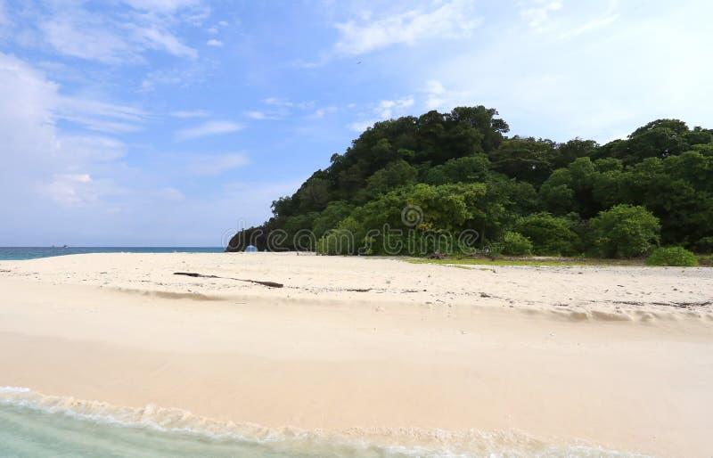 Naturlig stenbåge, Khai ö, Satun, Thailand arkivbilder
