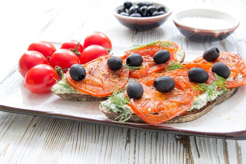 Naturlig sund mat för italienska brochettestomatoliv royaltyfria bilder