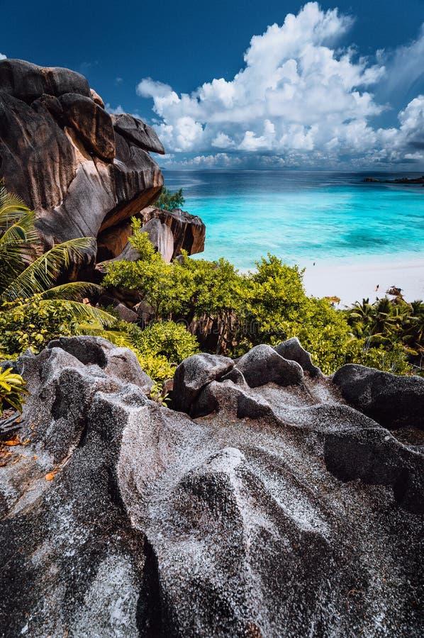 Naturlig synvinkel till den h?rliga m?ktiga storslagna Anse stranden p? den LaDigue ?n i Seychellerna F?rbluffa vita moln ?ver arkivbild