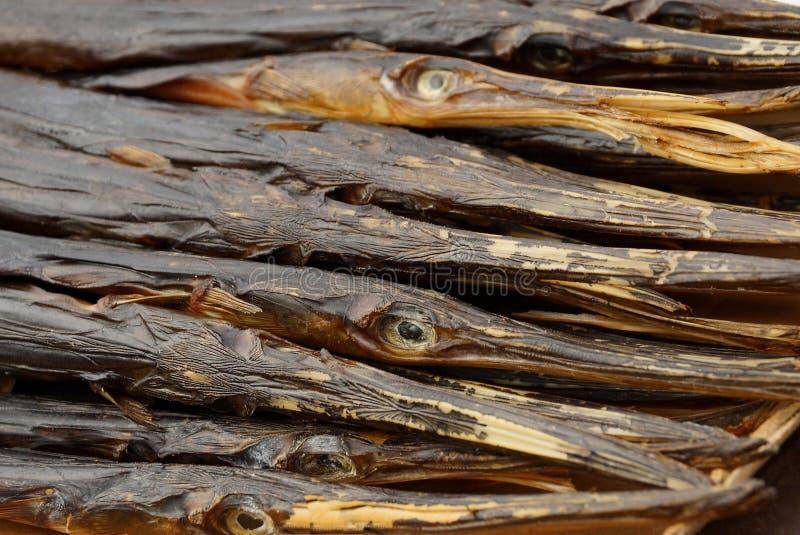 Naturlig textur av torra rökte visare för havsfisk i högen arkivfoton