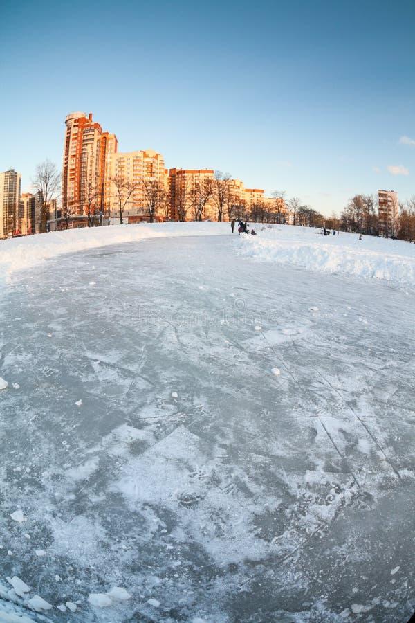 Naturlig tom isisbana på den djupfrysta sjön, i att sova fjärdedelar av Stet Petersburg på vintersäsongen Ryssland royaltyfri bild
