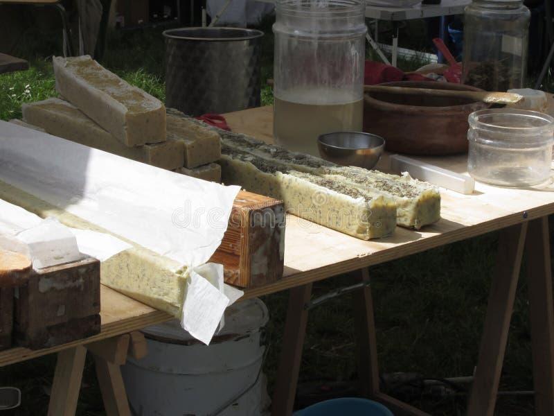 Naturlig växt- tvåldanandeprocess, handgjord kosmetisk produktiontvål arkivbilder