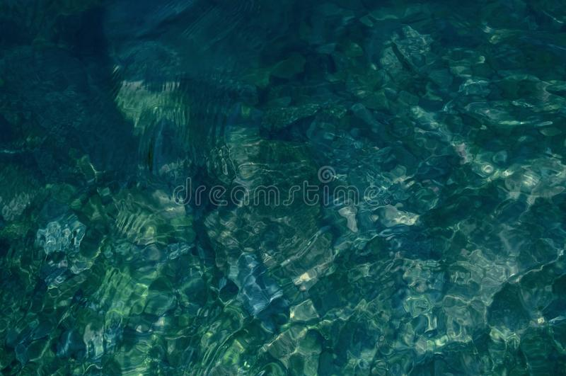Naturlig vattentexturbakgrund av bergfloden arkivbilder