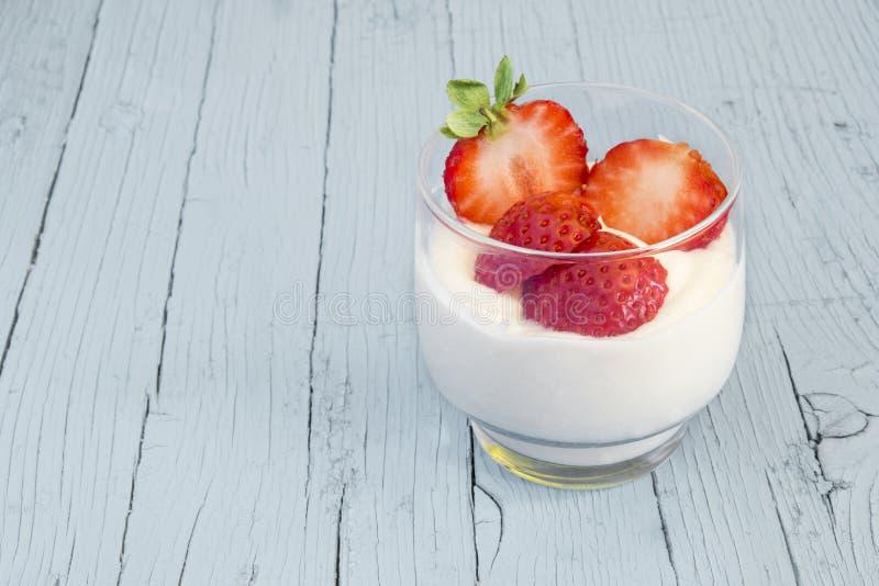 Naturlig yoghurt med jordgubbar royaltyfri foto