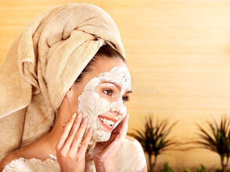 naturliga ansikts- hemlagade maskeringar för lera royaltyfria foton