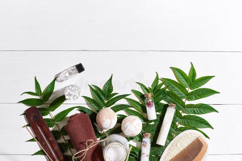 Naturliga brunnsort- och aromatherapyskincareskönhetsprodukter med badrumtillbehör inklusive exfoliating skurar, oljer arkivfoton