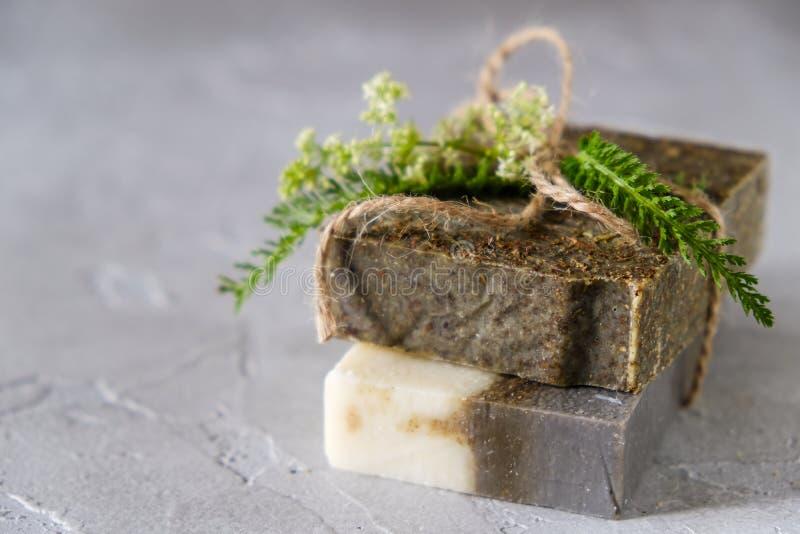 Naturliga handgjorda tvålstänger med blommor och torkade örter, organisk tvål royaltyfria bilder