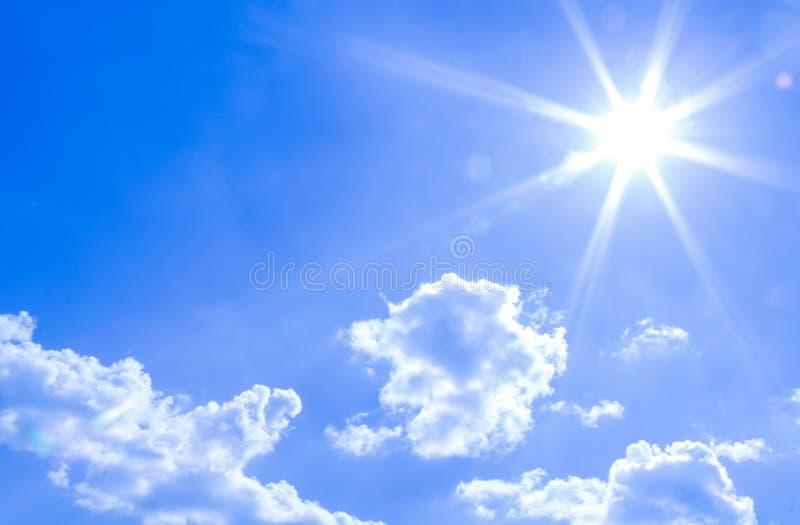 Naturliga himmelbakgrund och utstrålastrålar i en blå himmel med moln Det som är passande för bakgrund, bakgrunden, tapet, visar arkivfoto