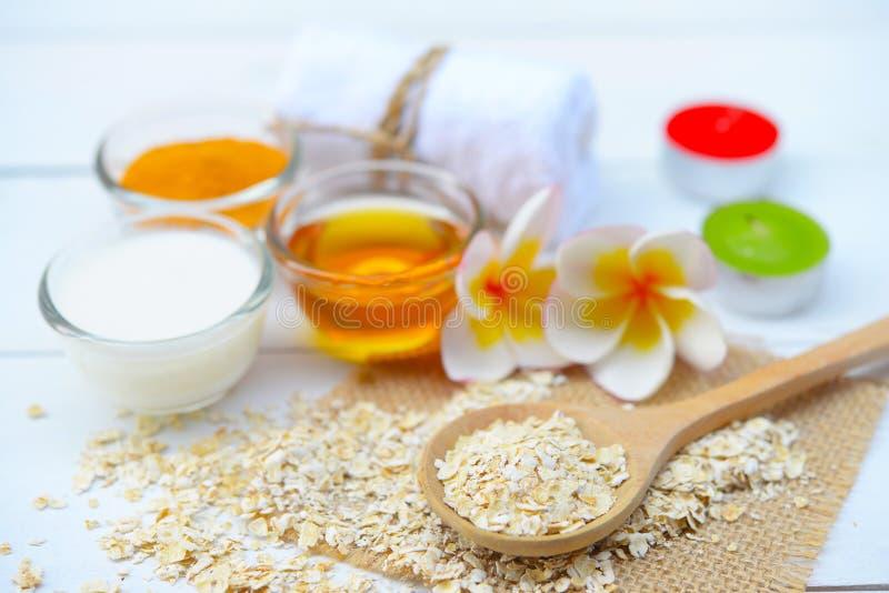 Naturliga ingredienser för hemlagad kroppframsida skurar havrehonung och yoghurt pärlor för blå för begrepp för bakgrundsskönhet  royaltyfri foto
