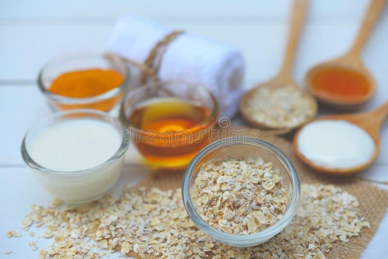 Naturliga ingredienser för hemlagad kroppframsida skurar havrehonung och yoghurt pärlor för blå för begrepp för bakgrundsskönhet  royaltyfria bilder