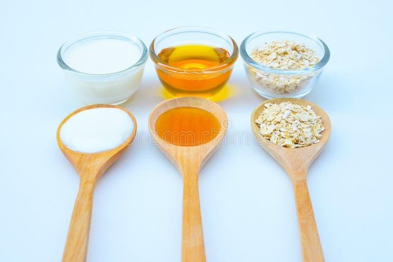 Naturliga ingredienser för hemlagad kroppframsida skurar havrehonung och yoghurt pärlor för blå för begrepp för bakgrundsskönhet  royaltyfri bild
