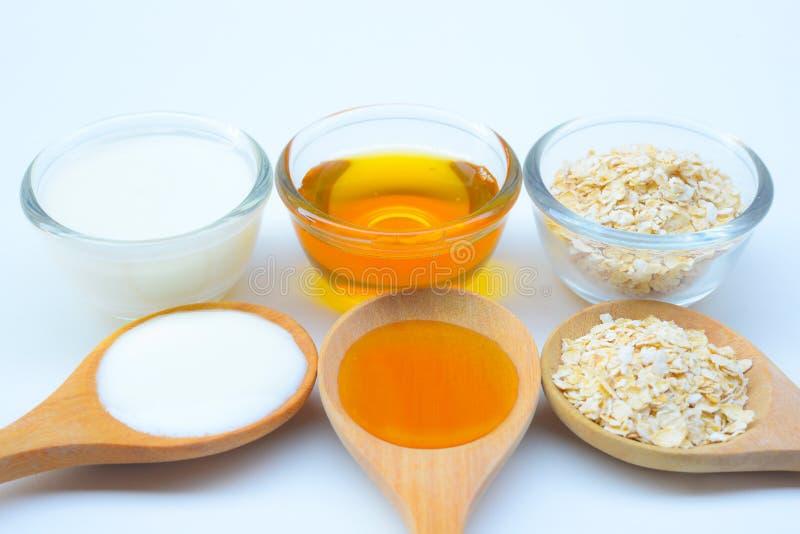 Naturliga ingredienser för hemlagad kroppframsida skurar havrehonung och yoghurt pärlor för blå för begrepp för bakgrundsskönhet  arkivbild